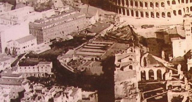 Collina della Velia.  Note the base of the Colossus of Nero.